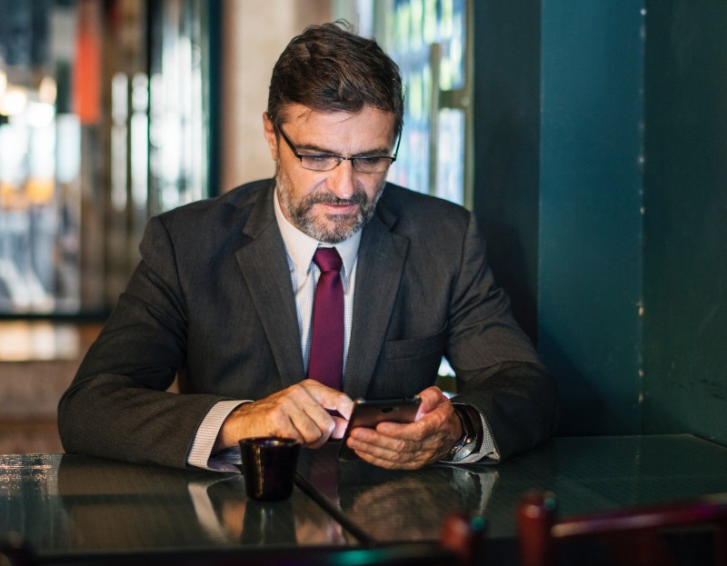 businessman_smartphone
